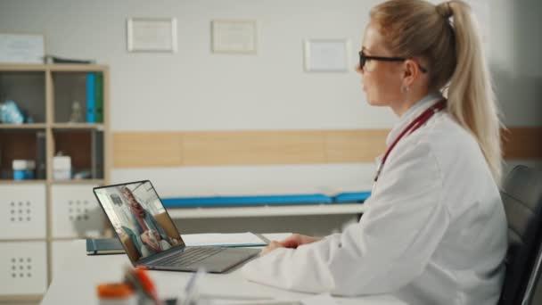 Hausarzt auf Videotelefonie mit Patient
