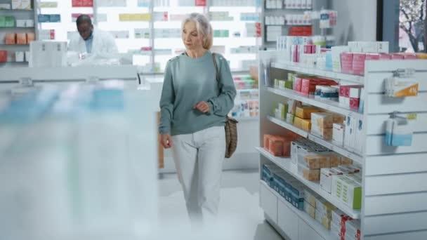 Frau kauft Apotheke
