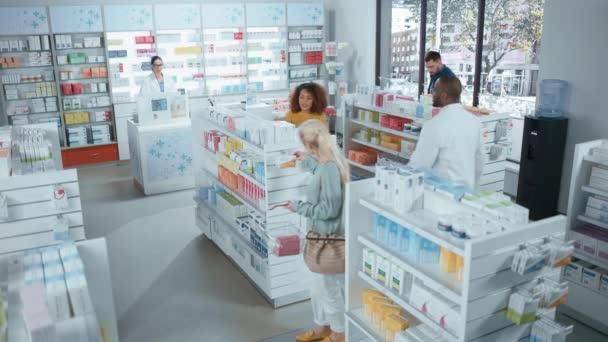 Apotheke: Vielfältige Gruppe multiethnischer Kunden stöbert in den Regalen
