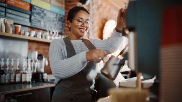 Női Barista Latte előkészítése a kávézóban