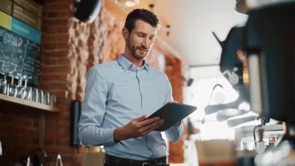 Kávézó tulajdonos segítségével Tablet Computer