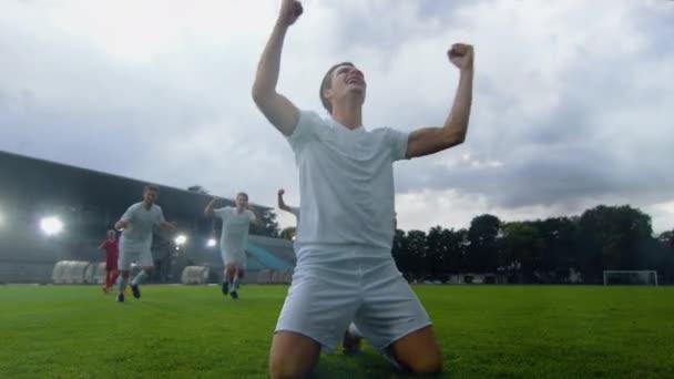 A futball stadion futballista siklik a pályán, és nem győztes gesztus után Goal