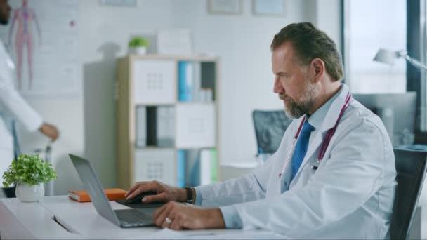 Lékař pracuje na počítači v nemocniční kanceláři