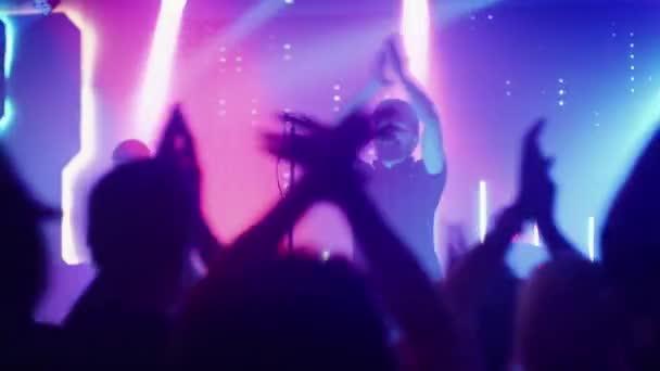 Rock Band hraje na pódiu v klubu