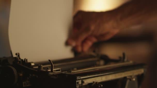Papier in Schreibmaschine stecken.