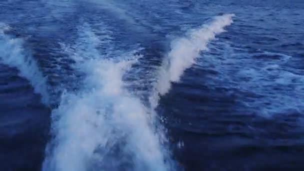Vitorlás hajó nyomában hab-óceán.