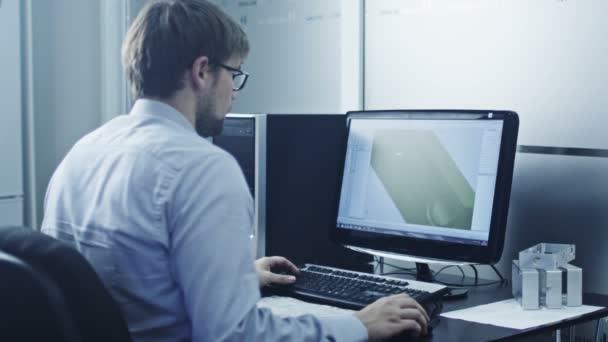 Inženýr pracuje v Cad programu