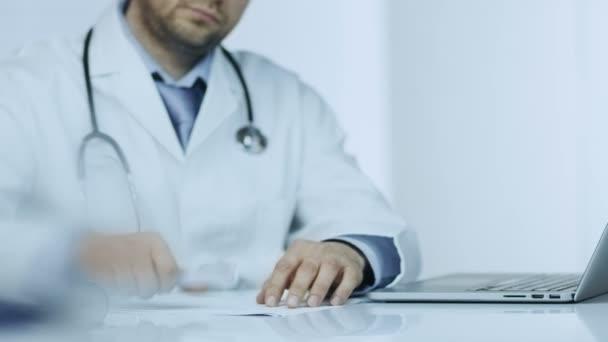 Händedruck beim Arztbesuch