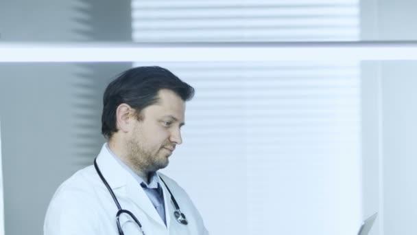 Lékař pomocí poznámkového bloku při práci