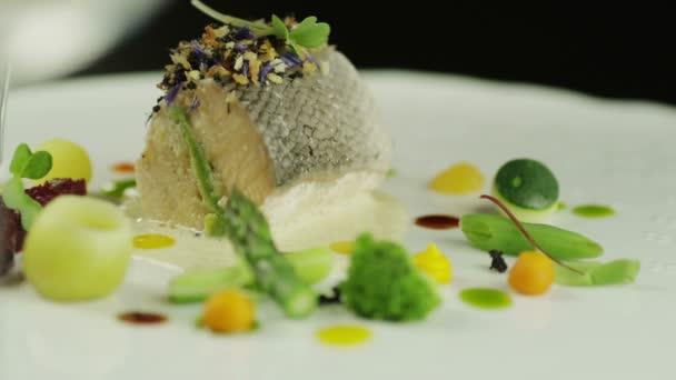 Šéfkuchař obloha uzený losos jídlo v luxusní restauraci