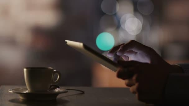 Člověče, pomocí počítače tablet pc a pití kávy v kavárně