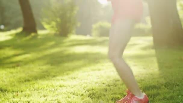 gyönyörű lány jumping kötelet, a parkban. orrvitorla lövés.