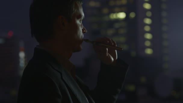 Podnikatel je kouření elektronických cigaret na večer