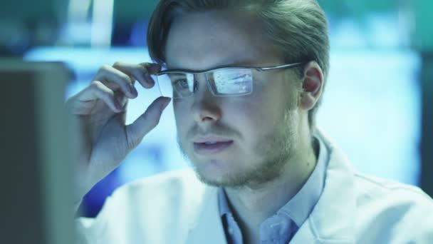 Mladý vědec pracuje na počítači