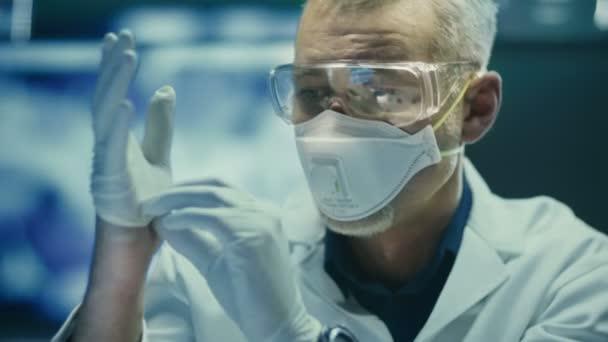 Porträt eines Wissenschaftlers mit Schutzbrille und Atemschutzmaske