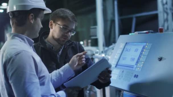 Ingenieur und Fabrikarbeiter sind Einstellung bis CNC-Drehbank Maschine zusammen