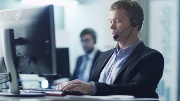 Operátor služby zákazníkům při práci v Call-centru