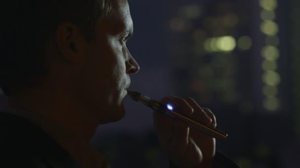Az ember az elektronikus cigaretta a dohányzás este