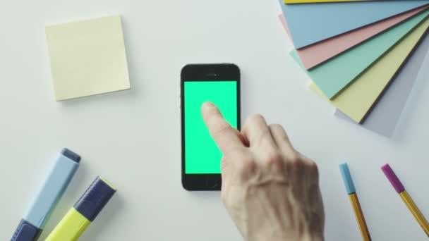 Použití mobilního telefonu s zelenou obrazovkou v tabulce návrháře Skvělé pro použití v předstíraném používání.