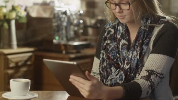 Csinos lány gépelés-ra tabletta Pc kávézóban