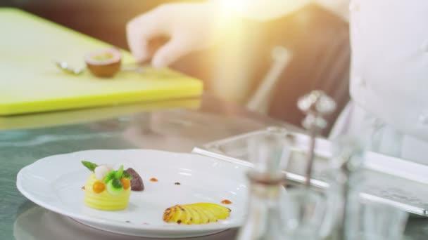 Profesionální kuchař je obloha luxusní miska s Leafs v restauraci