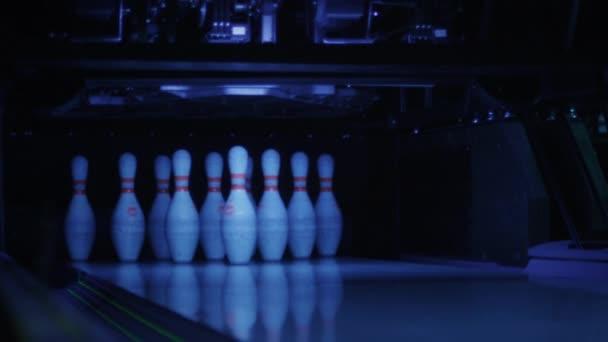 Míč je bít Bowling kuželky