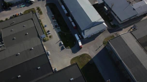Vůz je jízda z logistického skladu. Letecký snímek