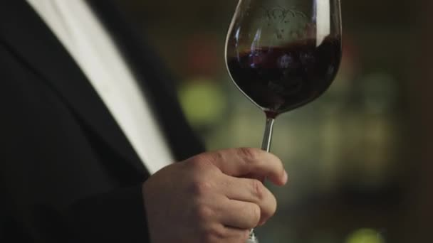 Sommelier je ochutnávka červené víno