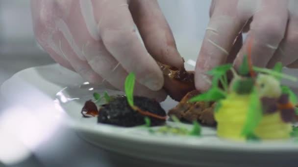 Profesionální kuchař je obloha luxusní červené masité jídlo v restauraci