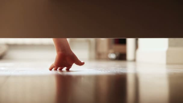 Ein kleiner Junge mit Fackel tappen um unter dem Bett