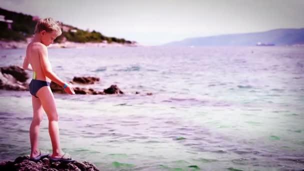 Malý chlapec v blízkosti moře
