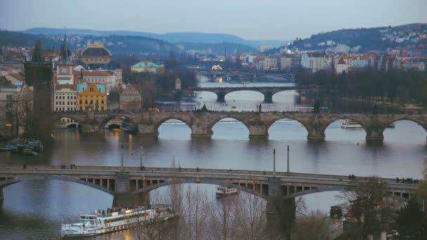 Pohled na mosty přes řeku Vltavu v Praze