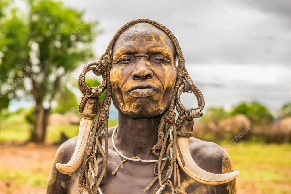 warrior van de afrikaanse stam mursi, ethiopië – redactionele