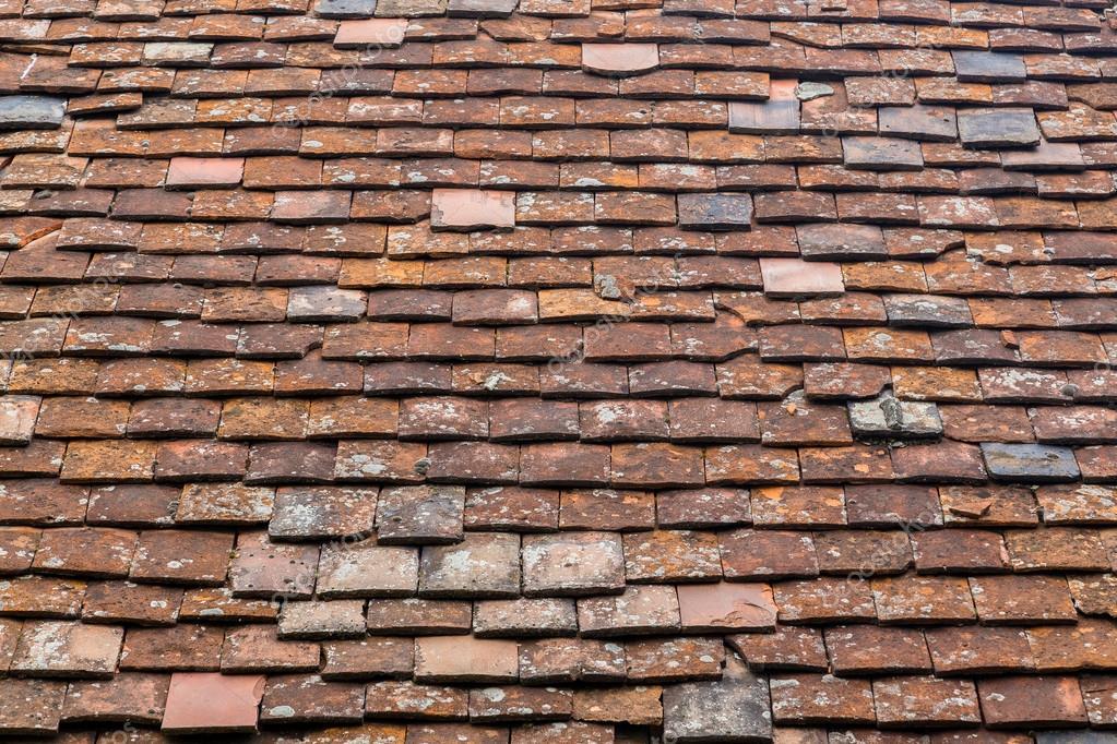 Vecchie piastrelle su una priorità bassa del tetto u foto stock
