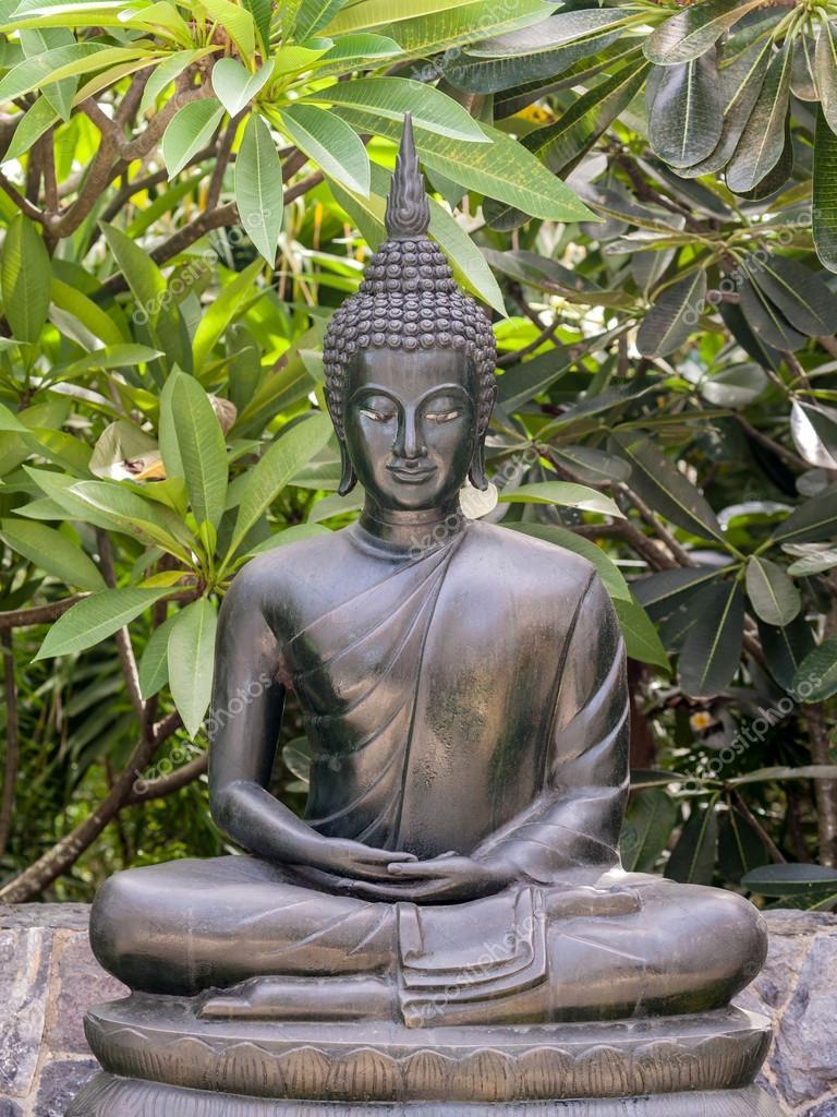 Metall Buddha Statue Lotus Pose Im Garten Stockfoto C Kerdkanno