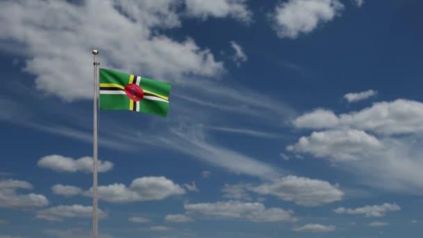 3D, Dominikánská vlajka vlnící se ve větru s modrou oblohou a mraky. Detailní záběr na vlajku Dominiky, měkké a hladké hedvábí. Textilní textura podporučík pozadí.-Dan