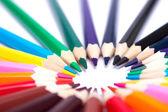 barevné tužky na izolované pozadí