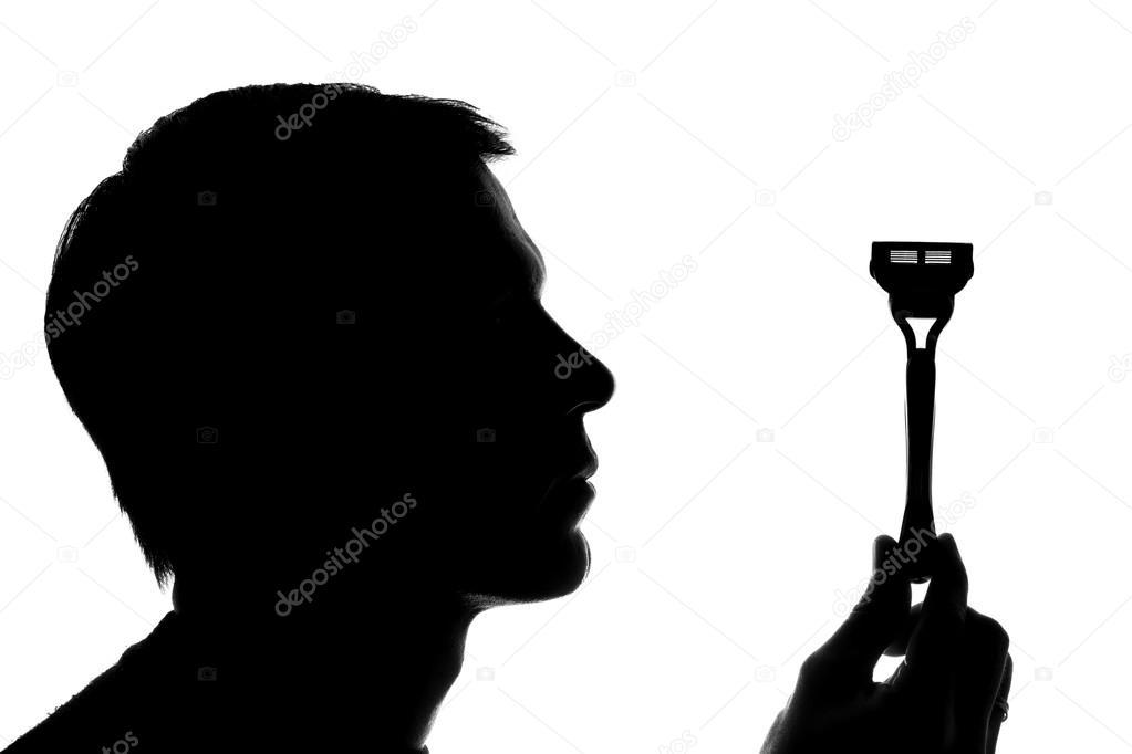 Un Joven Hombre Sosteniendo Una Navaja De Afeitar Vertical