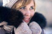 Téli portré egy nőt egy térdzokni