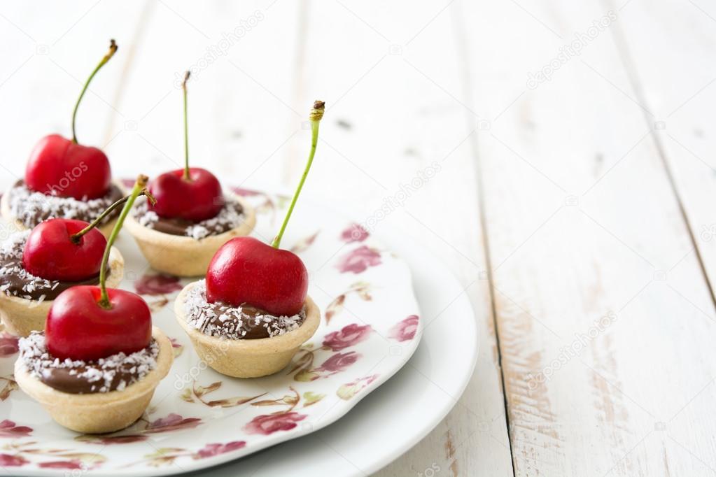 Deliciosas tartaletas de chocolate con chocolate, cerezas y coco ...
