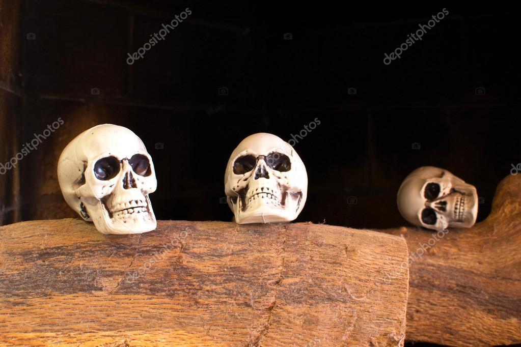 calaveras en una chimenea — Foto de stock © etorres69 #54797305
