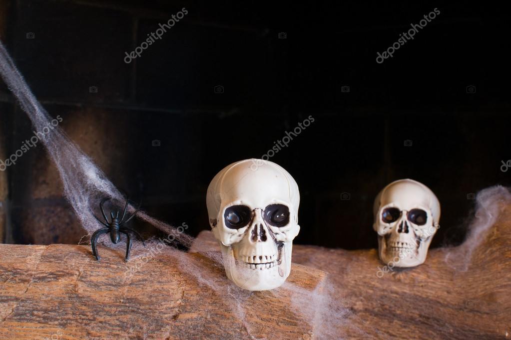 calaveras en una chimenea — Foto de stock © etorres69 #54798385
