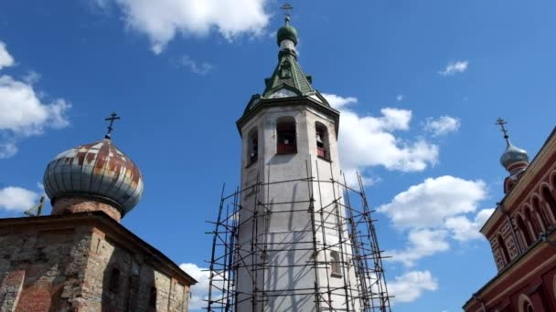 Das Läuten der Glocken am Oster-Gottesdienst in St. Nikolaus-Kloster in Staraja Ladoga.Russia