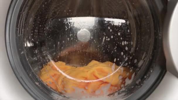 Moderne Waschmaschine. Wäsche waschen in der Waschmaschine. Sauberkeitskonzept