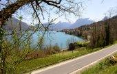 vista del Lago di Annecy con la pista ciclabile