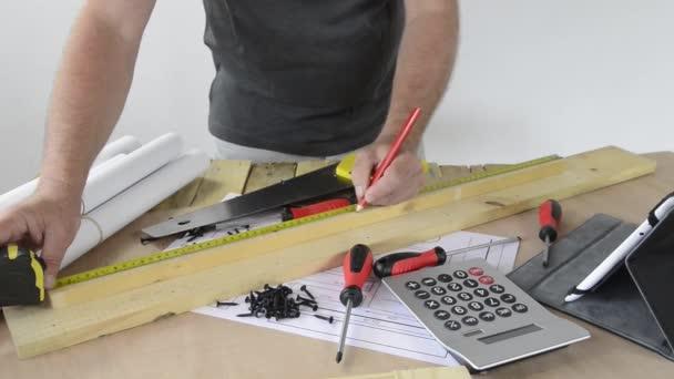 Muž se kus nábytku s nástroji