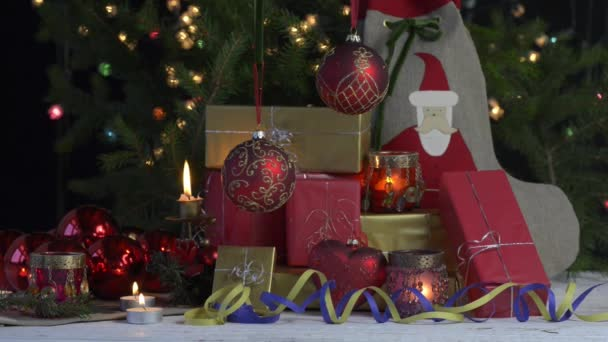 karácsonyi ajándékok és díszek