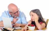 apa a lányával haragszik