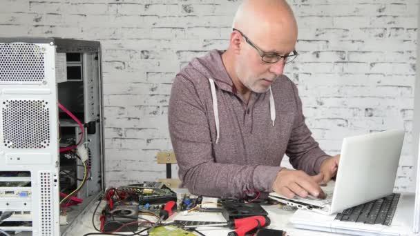 ein Techniker, der einen Computer repariert