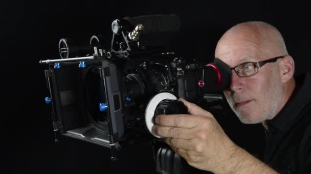Kameraman s profesionální kamerou